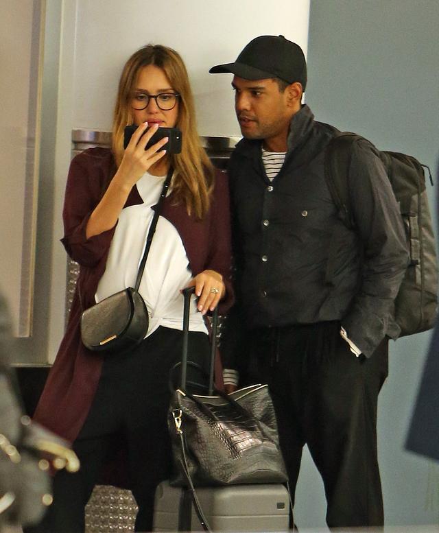 画像2: 空港の手荷物エリアで大笑いするジェシカ・アルバを発見