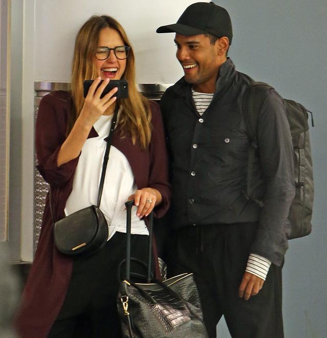 画像3: 空港の手荷物エリアで大笑いするジェシカ・アルバを発見