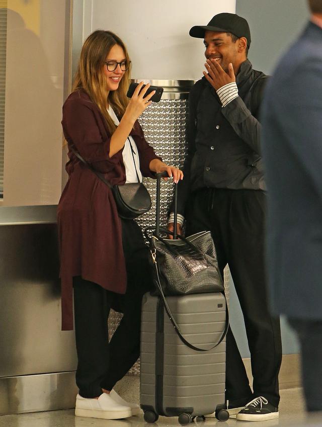 画像5: 空港の手荷物エリアで大笑いするジェシカ・アルバを発見