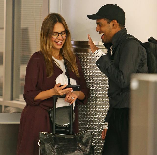 画像4: 空港の手荷物エリアで大笑いするジェシカ・アルバを発見