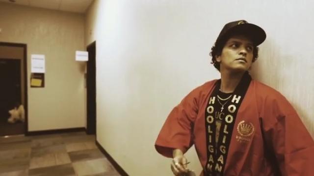 画像: ブルーノが着用したのは日本の伝統衣装