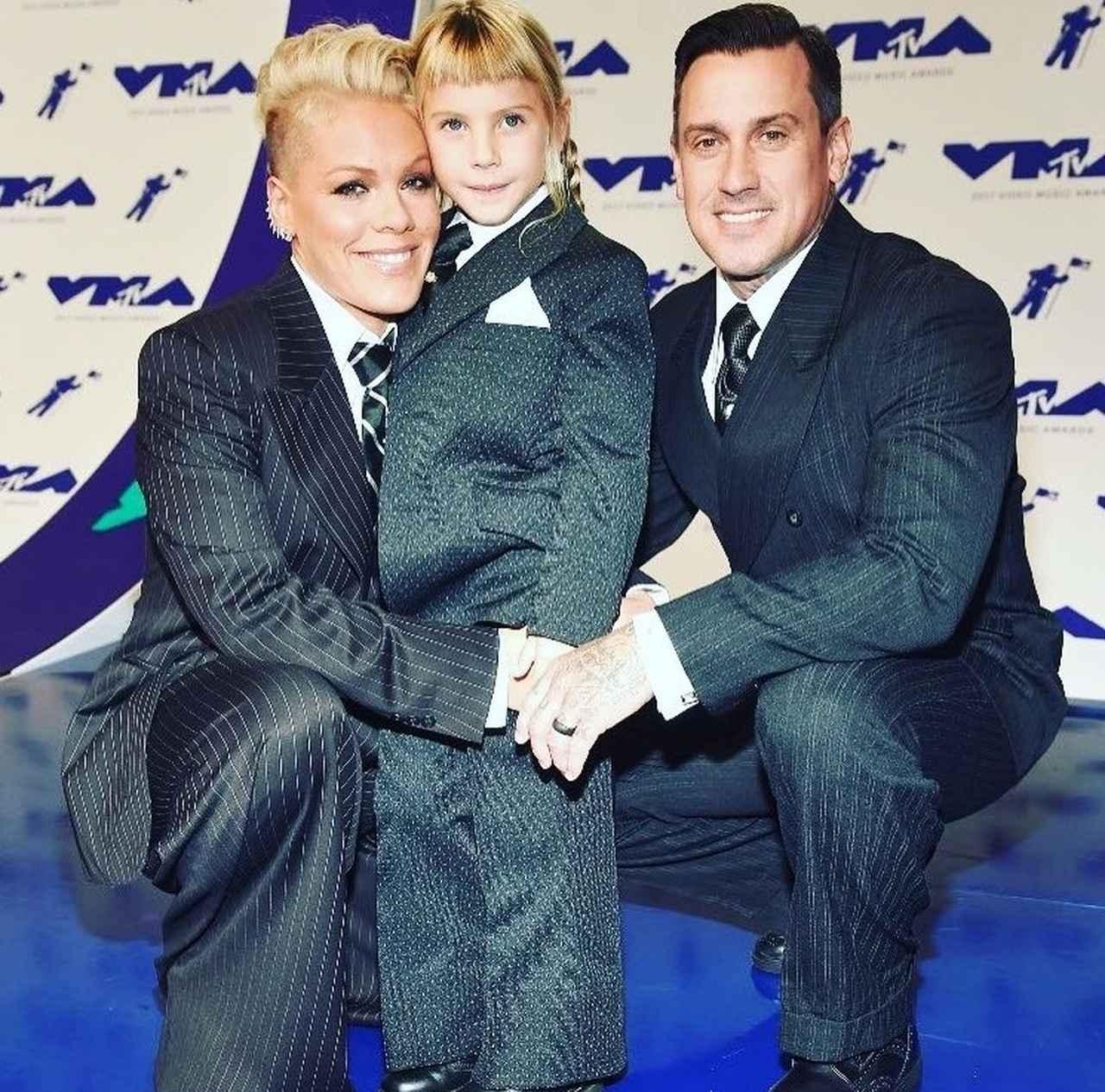 画像: 2017年のMTV VMAでは特別賞である「マイケルジャクソン・ビデオ・ヴァンガード賞」を受賞。レッドカーペットには親子3人でおそろいのスーツで現れた。