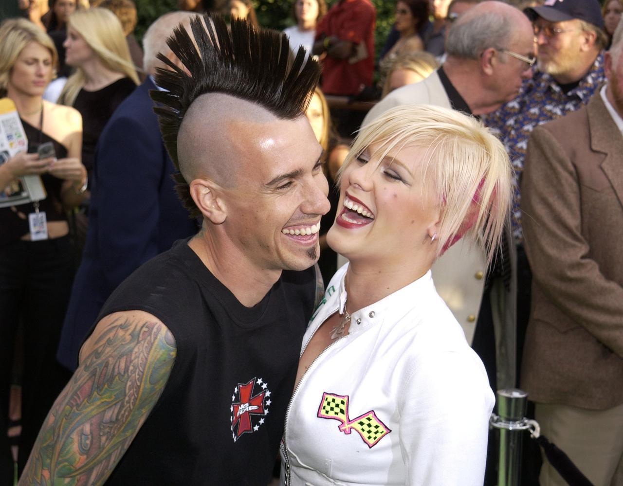 画像: 交際をスタートしたばかりのころのピンクとケアリー。