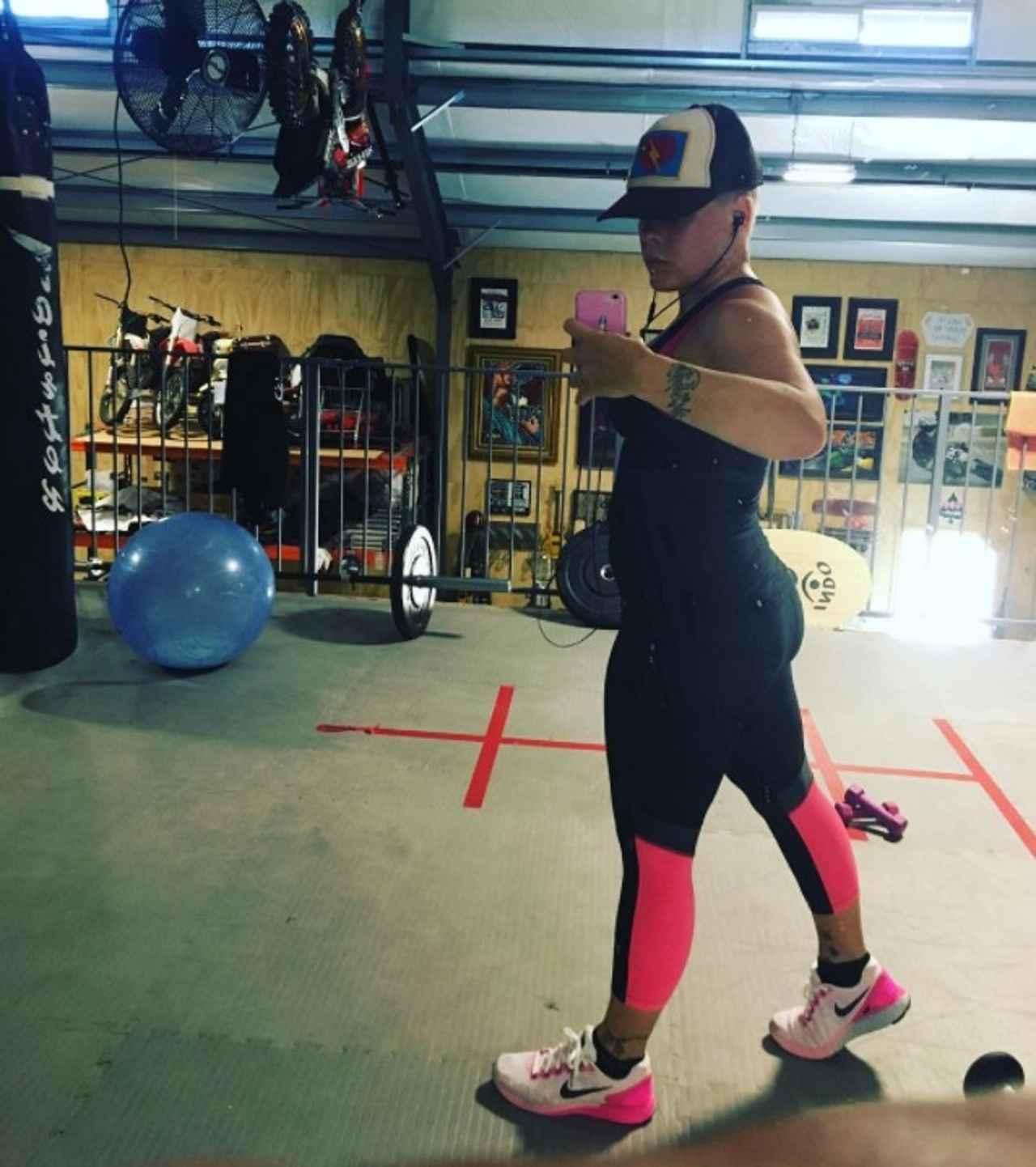 画像: インスタグラムを通じて「女性のみんな、体重計から距離を置くのよ!」と、体重ばかりを追うのではなく、自分自身が心地いいと思える体形を目指そうと呼びかけたことも。©Pink/ Instagram
