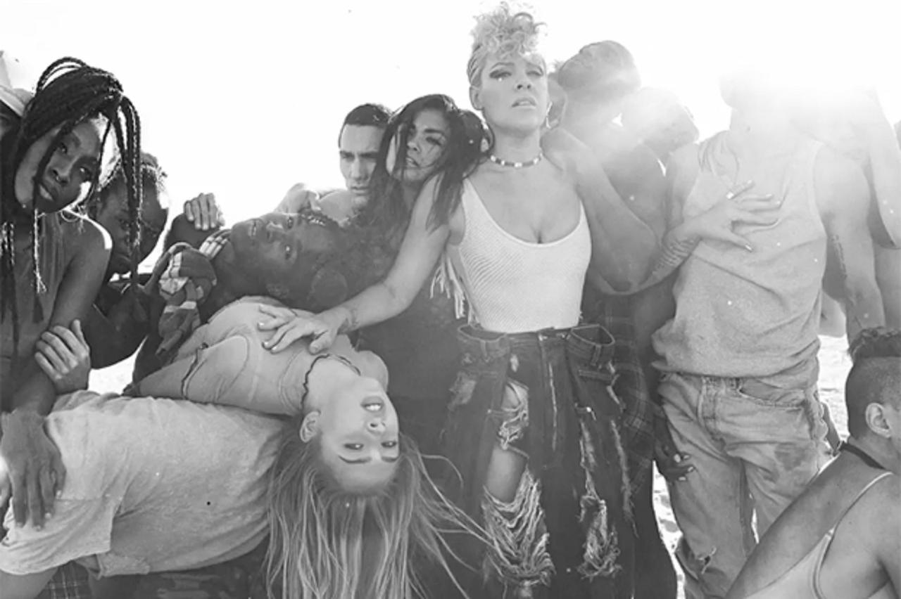 画像: MVのラストシーンを切り取ったアートワークでも、人種の壁を越えて人々と寄り添うピンクの姿が。