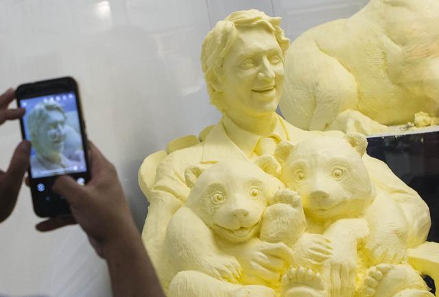 画像1: パンダを抱くトルドー首相のバター像が誕生