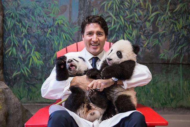 画像: 女性たちをメロメロにしたパンダとの3ショット