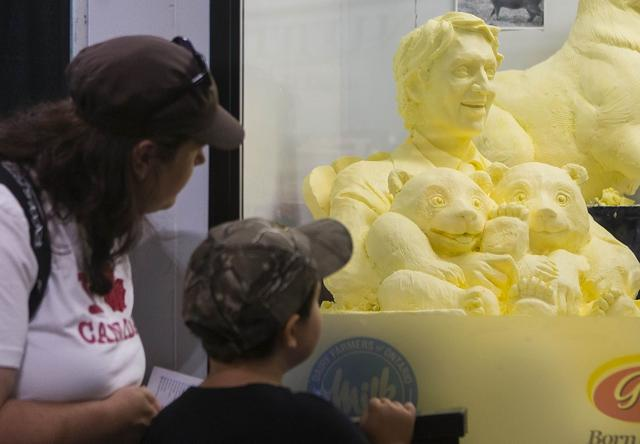 画像3: パンダを抱くトルドー首相のバター像が誕生