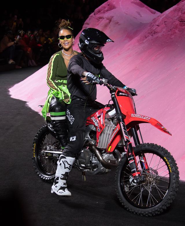 画像: フィナーレではバイクにリアーナが乗って登場。