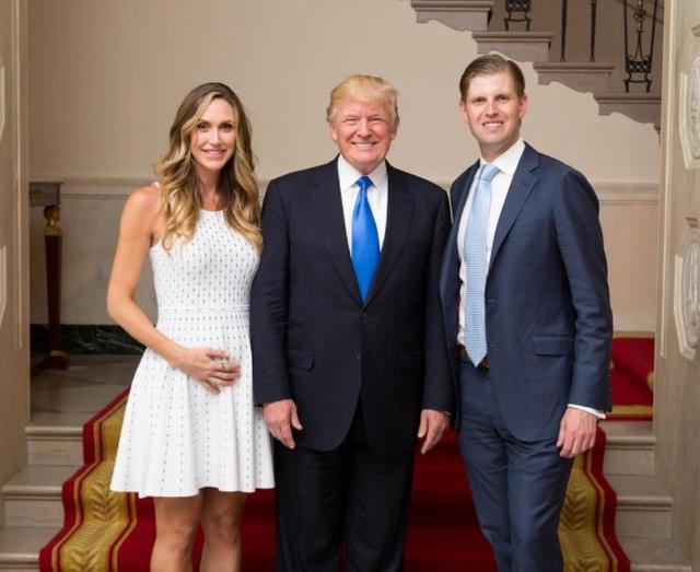 画像: 次男のエリック・トランプ氏とラーラ夫人に挟まれるトランプ大統領。 ©Lara Trump/ Instagram