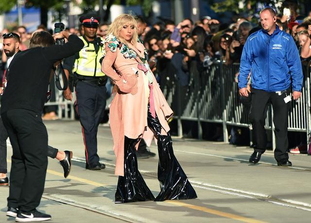 画像: トロント国際映画祭のプレミアに登場したガガ。