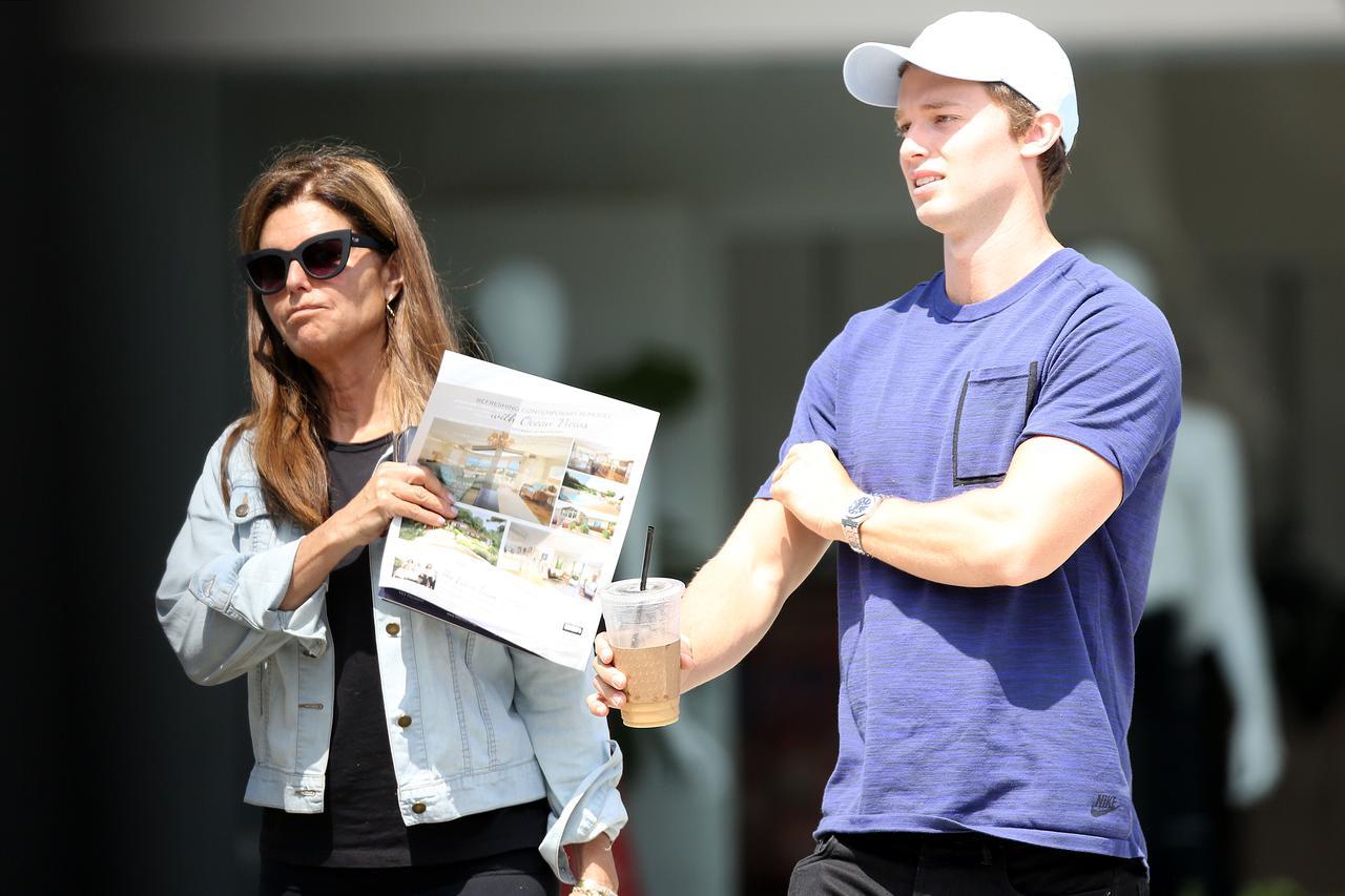 画像: 8月にLAで家巡りをするパトリックと母マリア。