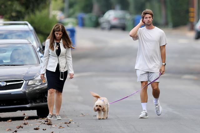 画像2: イケメン2世セレブのパトリック・シュワルツェネッガーがママとお散歩へ