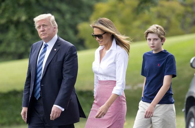 画像: メラニア夫人とバロンくんと専用ヘリから降りて来たトランプ大統領。