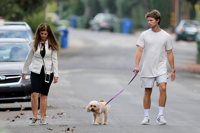 画像1: イケメン2世セレブのパトリック・シュワルツェネッガーがママとお散歩へ