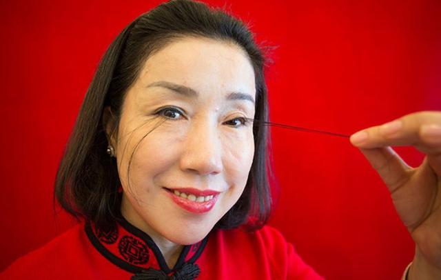 画像1: 12cmのまつげを持つ女性がギネスで「世界一」を記録