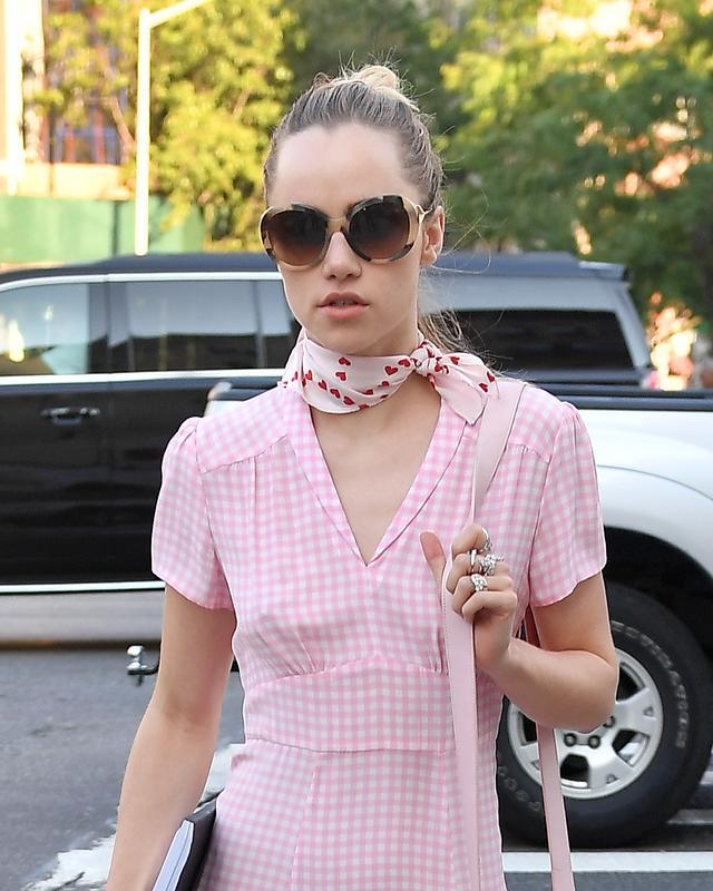 画像2: 全身ピンク!スキ・ウォーターハウスのレトロなワンピースが可愛すぎる