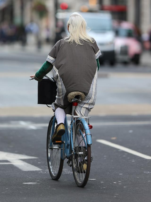 画像2: 自転車をこぐヴィヴィアン・ウエストウッドの後ろ姿が76歳じゃない