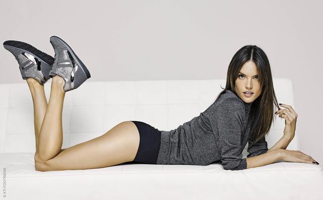 画像3: 38歳アレッサンドラ・アンブロジオがキレイすぎる美脚を披露