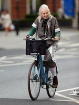 画像1: 自転車をこぐヴィヴィアン・ウエストウッドの後ろ姿が76歳じゃない