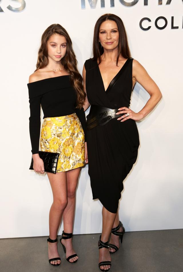 画像: 女優のキャサリン・ゼタ・ジョーンズとケーリー・ゼタ・ジョーンズ。