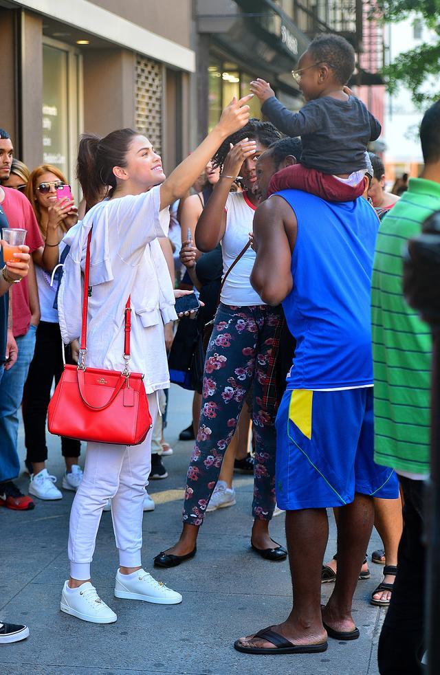 画像1: セレーナ・ゴメス、携帯の待ち受けはやっぱり大好きなあの人