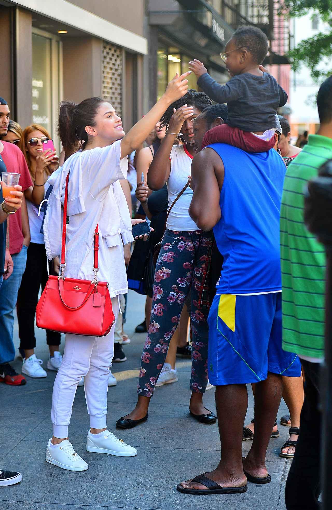 画像1: セレーナ・ゴメス、携帯の待ち受けはやっぱり大好きなザ・ウィークエンド