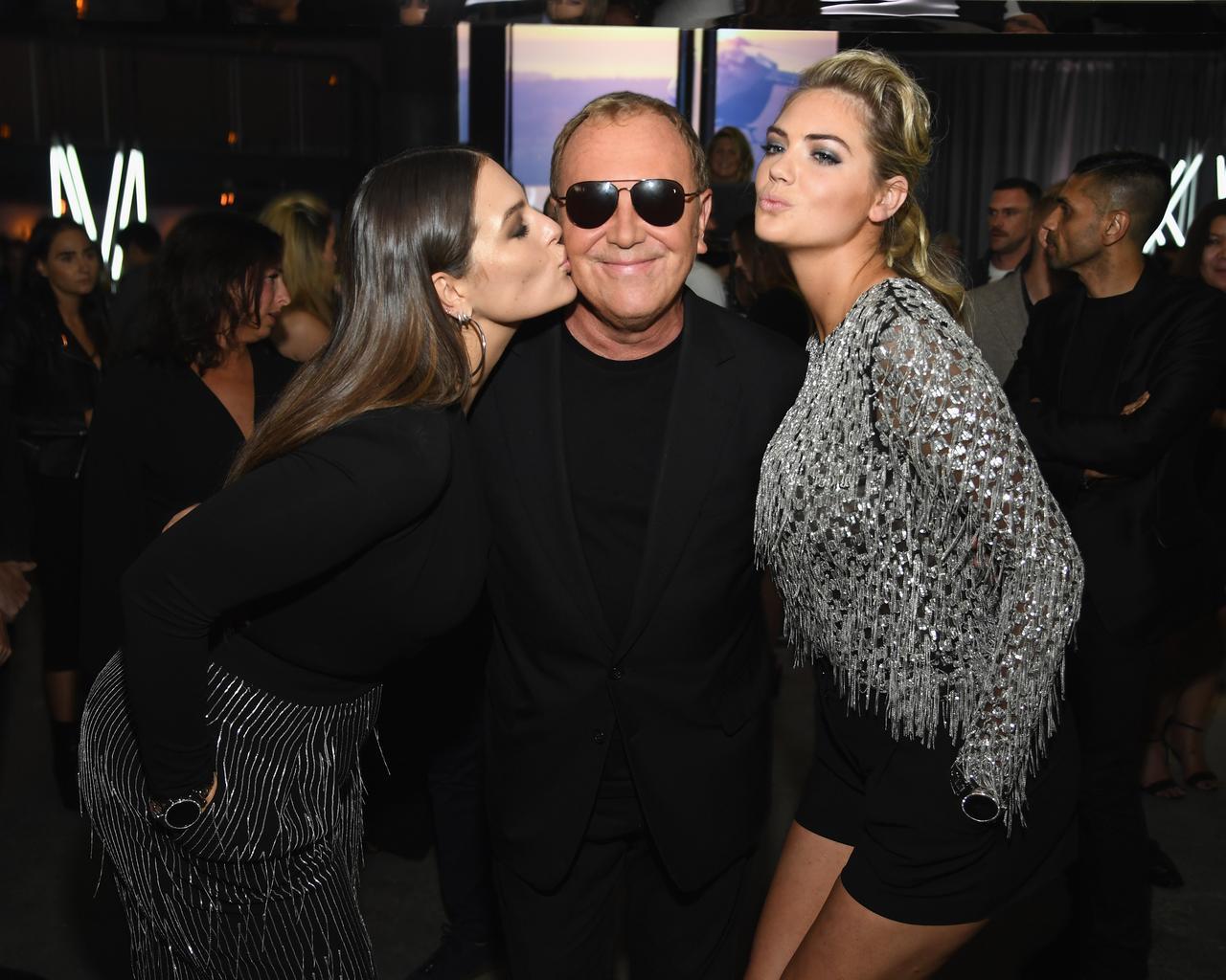 画像: マイケル・コースにキスするアシュレイ・グラハムとモデルのケイト・アプトン