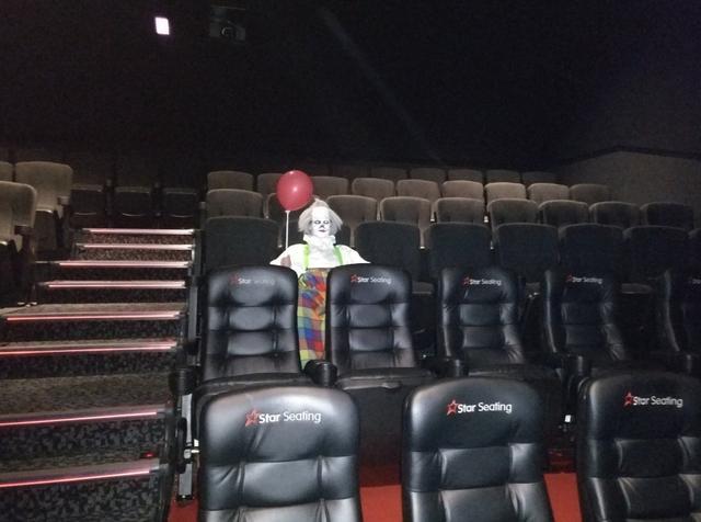 画像2: 映画館にあのピエロが…!