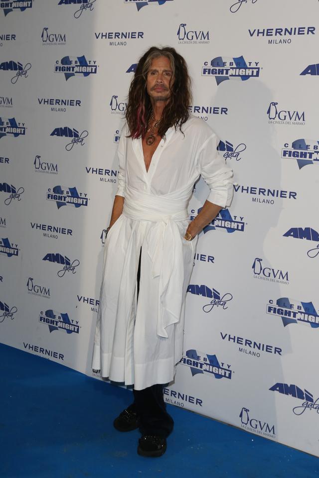 画像2: エアロスミスのスティーヴン・タイラー、レッドカーペットでドレスを着用
