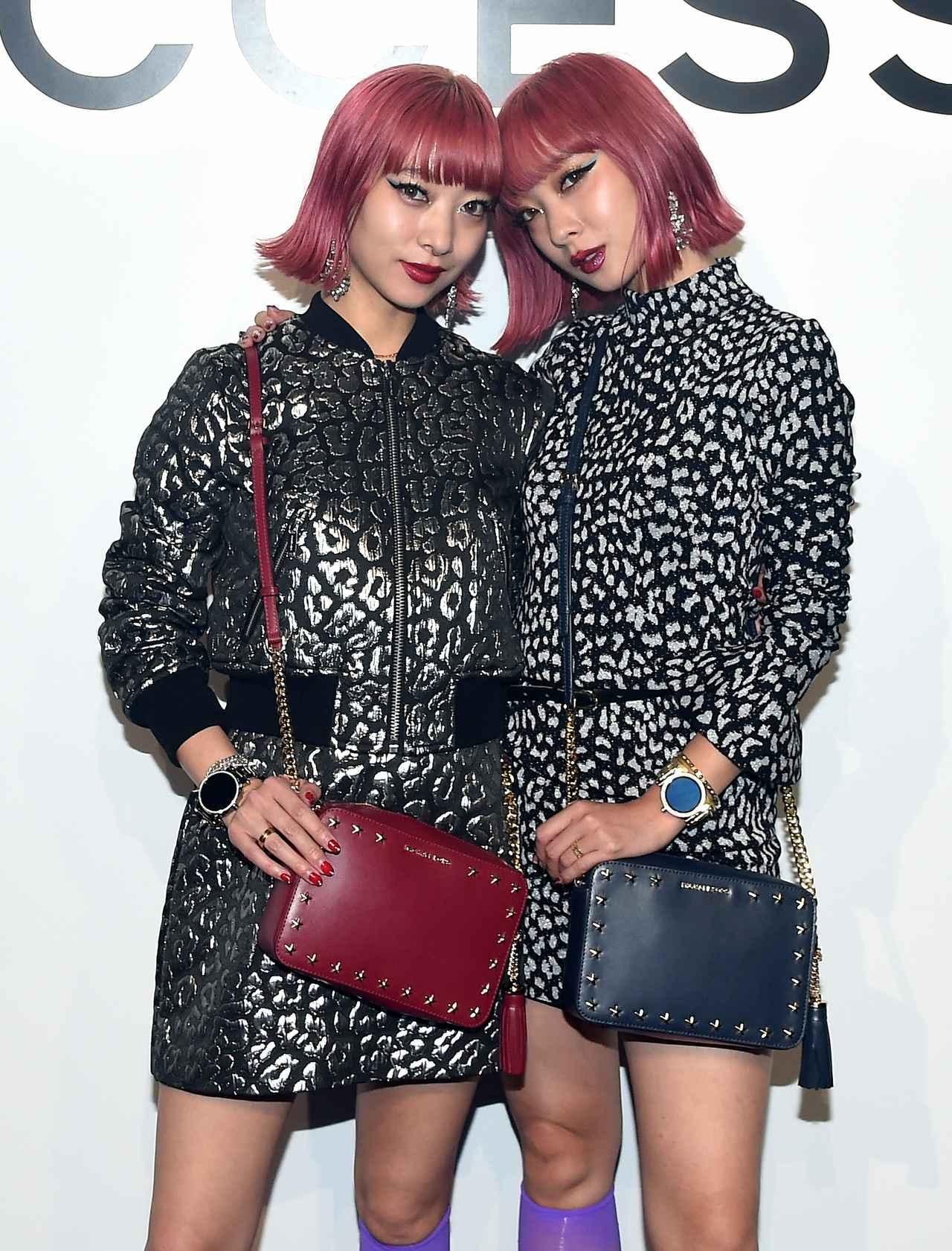 画像: 日本から双子モデルのAMIAYAが来場