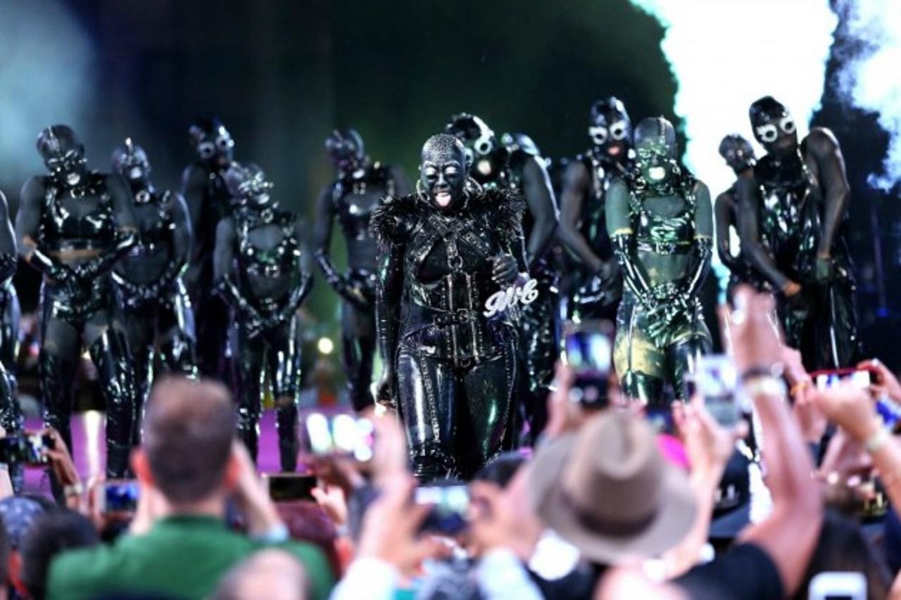 画像: ダンサーたちもミッシーと同様に全身黒づくめで。その様子はまるで夜にうごめくエイリアンの集会のよう。
