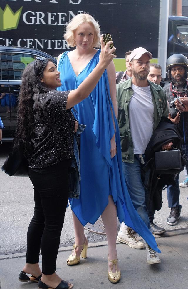 画像1: スーパーモデル超えの高身長でもハイヒール