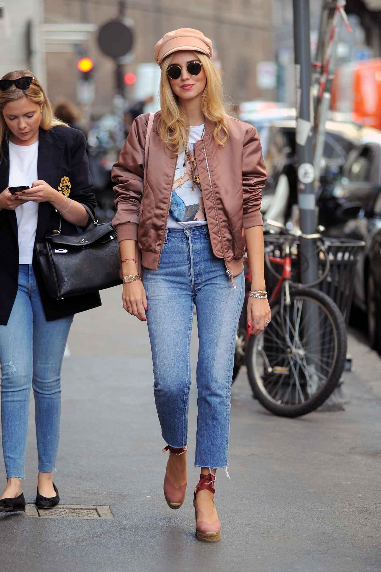 画像1: キアラ・フェラーニ、ブルゾン×デニムをピンクでまとめてお洒落に着こなし