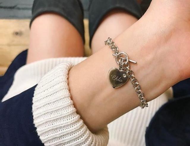 画像: 「クロー」という名前入りブレスレットはトーマスからのプレゼント。©Dove Cameron