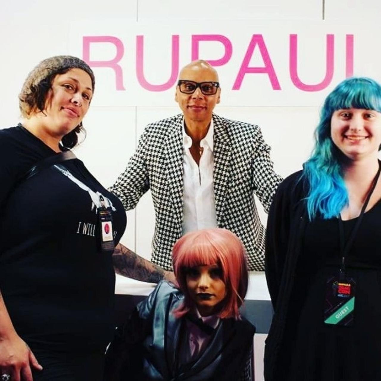 画像: 中央がノーメイクのル・ポール。左の黒髪の女性がラクテイシアの母親。©Ru Paul's Drag Con