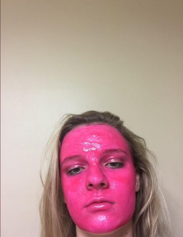 画像1: 洗って落とせる「はず」のグリッターペイントで顔がピンク色に