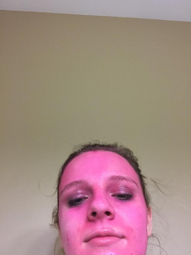画像2: 洗って落とせる「はず」のグリッターペイントで顔がピンク色に