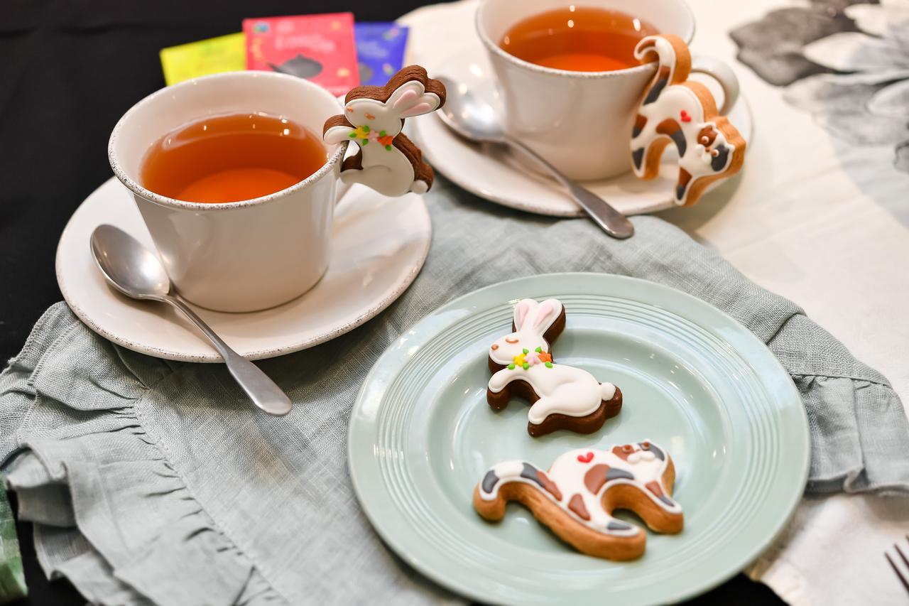 画像: コップやカップのフチにちょこんとかけられる、食べるのがもったいなくなるぐらいキュートなクッキー。