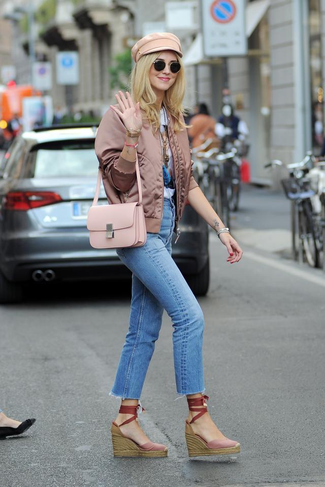 画像2: キアラ・フェラーニ、ブルゾン×デニムをピンクでまとめてお洒落に着こなし