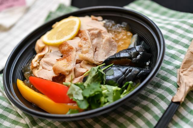 画像: 牛のスープとゴボウ茶をブレンドした特製ジュレで食べる、さっぱりとした味わいの新しい茶漬け。