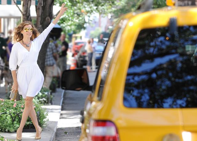 画像: タクシーを止めるポーズはなぜオシャレに見えるのか