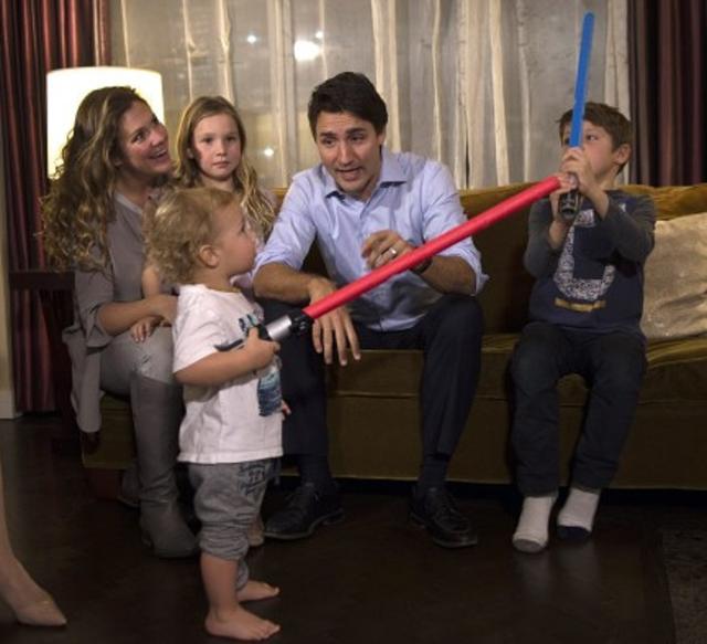 画像: 子どもたちにライトセイバーのの使い方を教える首相。©Justin Trudeau/CP