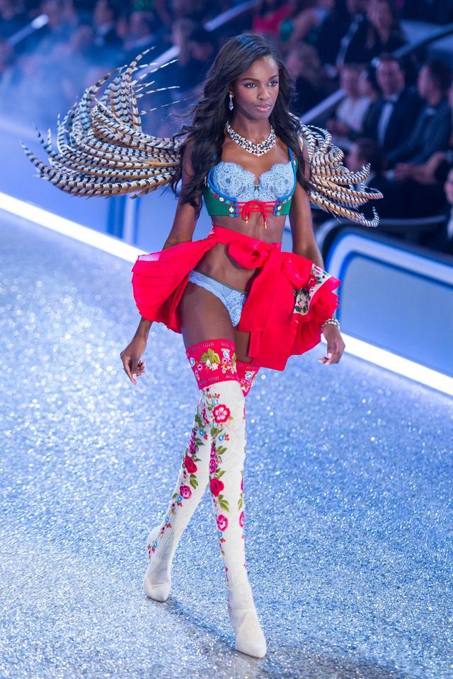 画像: ヴィクシーのファッションショーのランウェイを歩くレオミー。