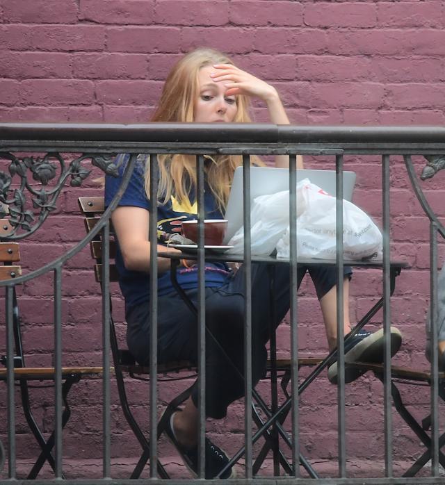 画像2: 人気ドラマ女優、カフェのテラス席で大学の宿題に奮闘