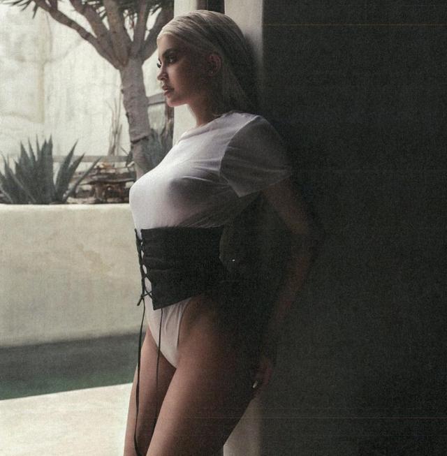 画像: カイリーは昨日コチラの写真をインスタグラムで公開していたが、髪色から見て、これはごく最近の写真ではなく、過去に撮影されたもの。©Kylie Jenner