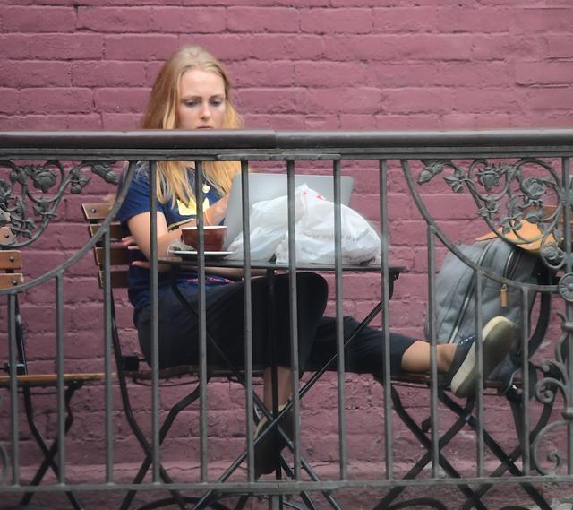 画像1: 人気ドラマ女優、カフェのテラス席で大学の宿題に奮闘
