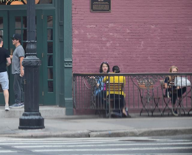 画像: ジョン(左)が入店する横で、アナソフィア(右)は作業に没頭。