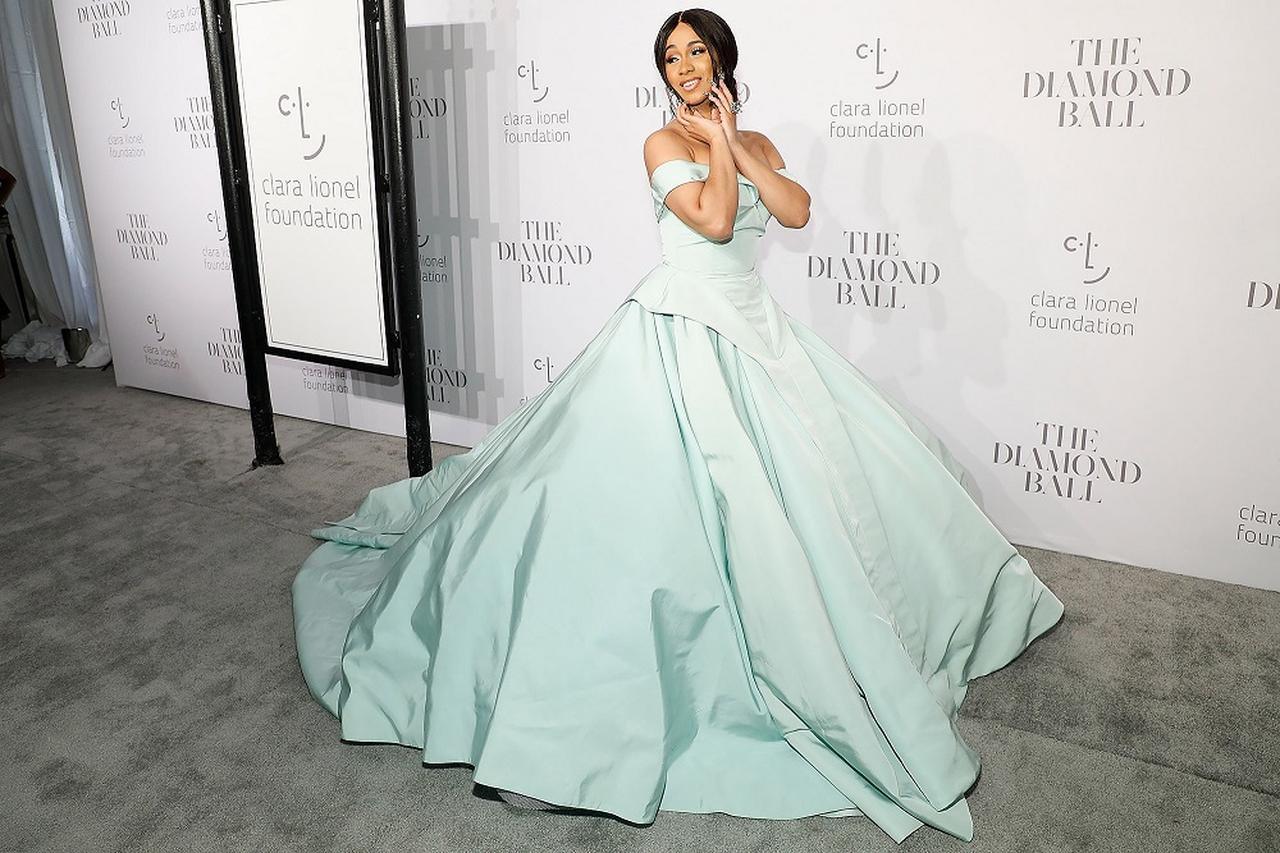 画像: リアーナ主催のダイヤモンド・ボールにディズニー・プリンセスのようなドレスで登場したカーディ。