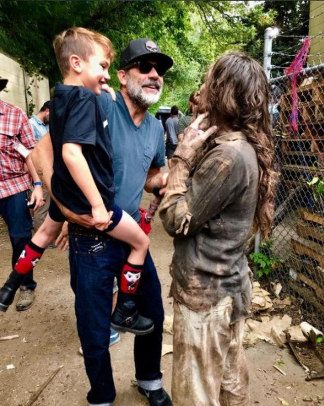 画像1: 『ウォーキング・デッド』ニーガン役俳優、息子とゾンビの初対面に興奮